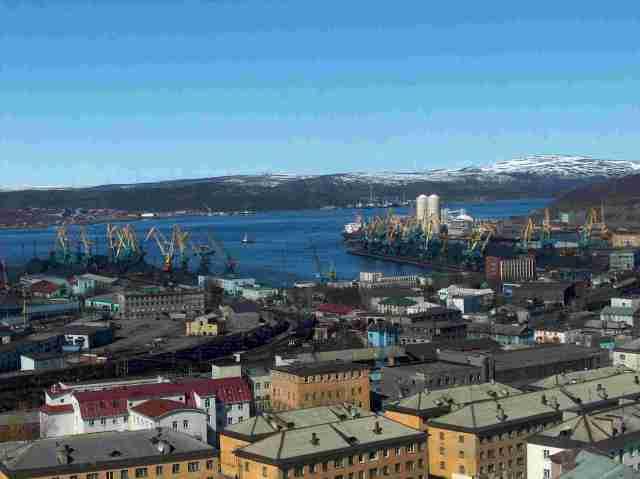 Onko Murmanskin satama Suomen tuleva  portti Jäämerelle? Murmanskin satama toukokuussa 2005. Kuva ja copyright Yrjö Myllylä.