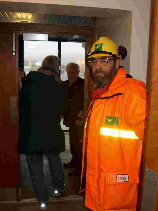 NMC projektin konferenssin ekskursio-osa Shetlannin saarella 2004. BP:n työntekijä ja satamakapteeni Shetlannin saarella.