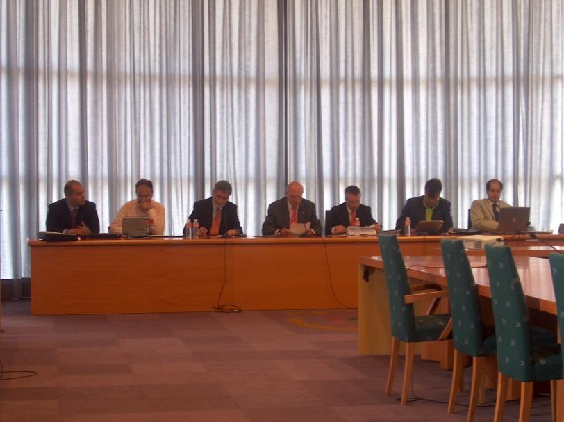 Vuonna 2006 Murmanskin ja Euroopan reuna-alueiden tutkijat yhdellä koolla Santanderissa. Kuvassa paikallisen aluehallinnon politiikkoja ja virkamiehiä terveulotoivutastaan antamassa Santanderin aluehallintokeskuksessa.