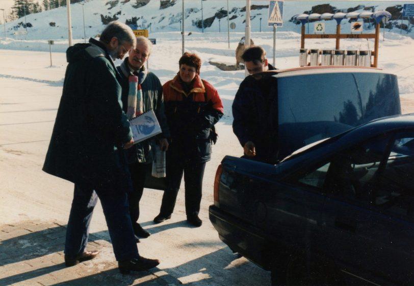 Valkoisen Meren messujen 97 kolmansien maiden osanottajat kuljetetttiin Raja-Joosepin kautta Kantalahteen, koska Kantalahden rajanylitys oli poikkeusluvin mahdollista vain suomalaisille ja venäläisille. Kuvassa RD Aluekehityksen ja Suomen pitkäaikainen yrittäjäystävä tohtiri Jeffery Roberts (vas) Rovaniemen lentokentällä, vieressä astumassa autoom Logistiikka Barentsin alueella kurssin yrittäjän tarjotamalle pitkälle automatkalle.