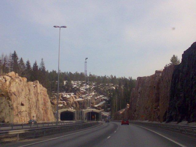 Kansainväinen E18 tie yhdistää suuret kaupungit, joista Saloa lähimpänä on pääkaupunkiseutu ja Turku.