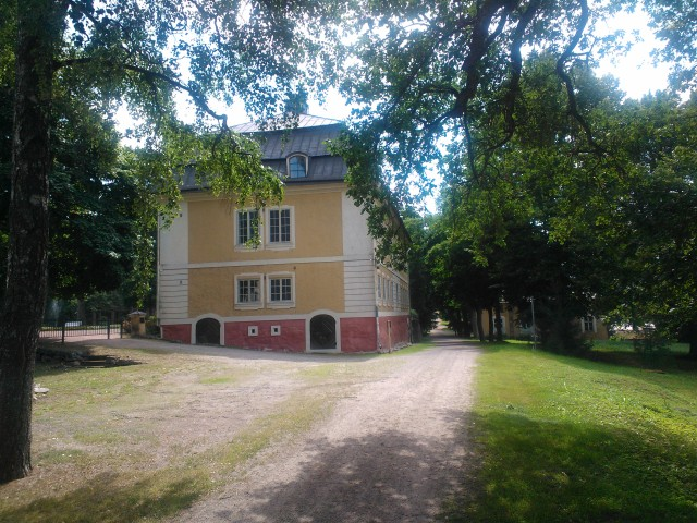 Teijon kartano on valmistunut vuonna 1770. Se on toiminut Teijon ruukin päärakennuksena. Kartanoa vanhempi päärakennus on kuvan kartanon takana. Raudanvalmistus malmista on lopetettu, mutta alueella jatkuu meallinjalostus. Masuunin yhteydessä toimii taidekeskus ja kahvila Masuuni.