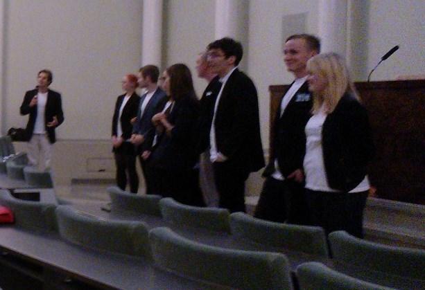 Järjestäjät esittäytyvät Tom Henrikssnonin johdolla.