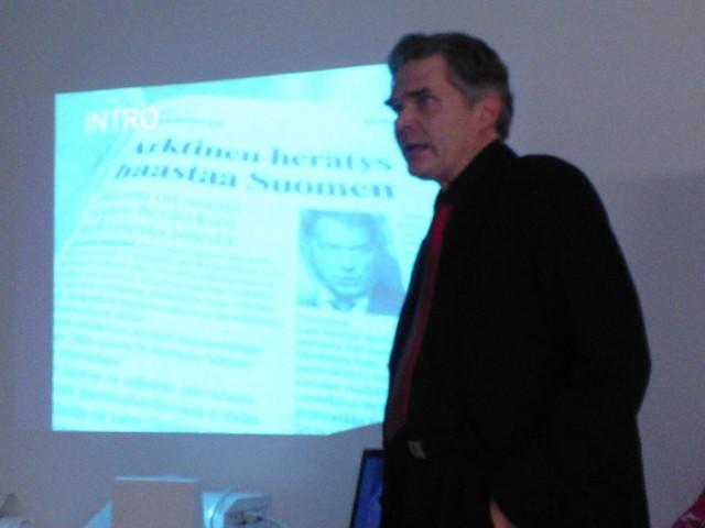 Esitelmän pito käynnistymässä. Kuvan ottaja tutkijakollega Jon McEwan, joka on tehnyt rinnakkaistutkimustaan mm. kansainvälisiä öljy-yhtiöitä haastattelemalla. Ks. lisätietoja