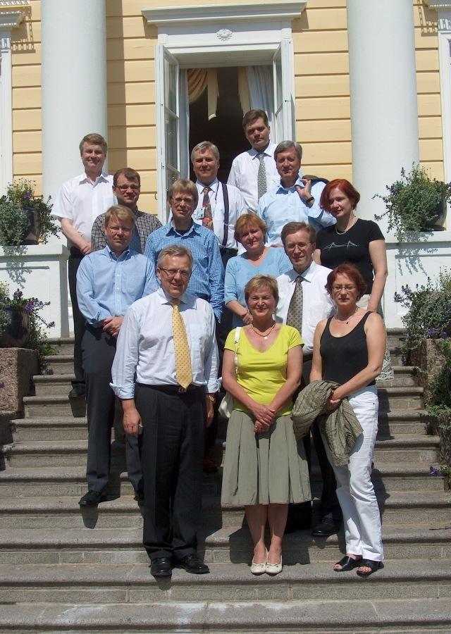 """RD Aluekehitys toimi pääministeri Matti Vanhasen asettaman selvitysmiestyöryhmän pääsihteerinä. Kuvassa ryhmä, joka tuki selvitystyötä. Selvitysraportin kalvoihin on viitattu tässä artikkelissa. Raportti löytyy verkosta nimellä """"Vaurastuminen kansallisena velvollisuutena"""", VNK 12/2006."""