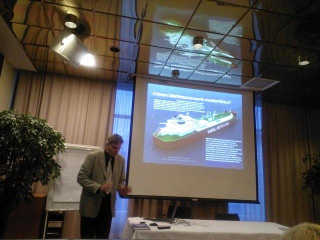 Yrjö Myllylä esittelieeihistorian suurinta moottoritilausta yleisölle. Tämä näkyy myös Pohjois-Suomessa. 1 mrd tilaus merisektoeille tuo 2,5 mrd Bkt:n kasvun.